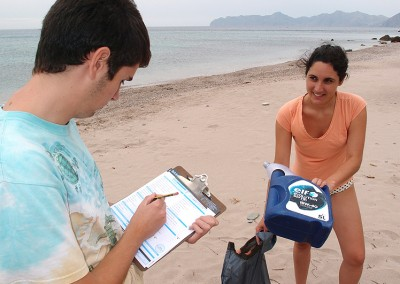 Limpieza de costas en playa Fatares